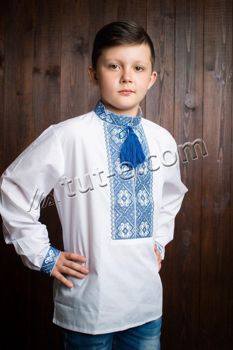 Вышитая рубашка с голубым орнаментом на мальчика