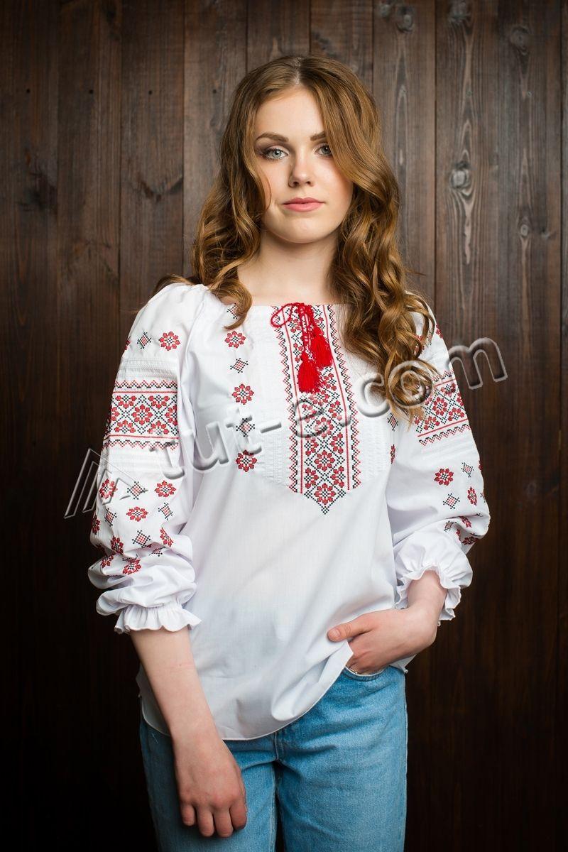 Подростковая вышиванка с красным орнаментом